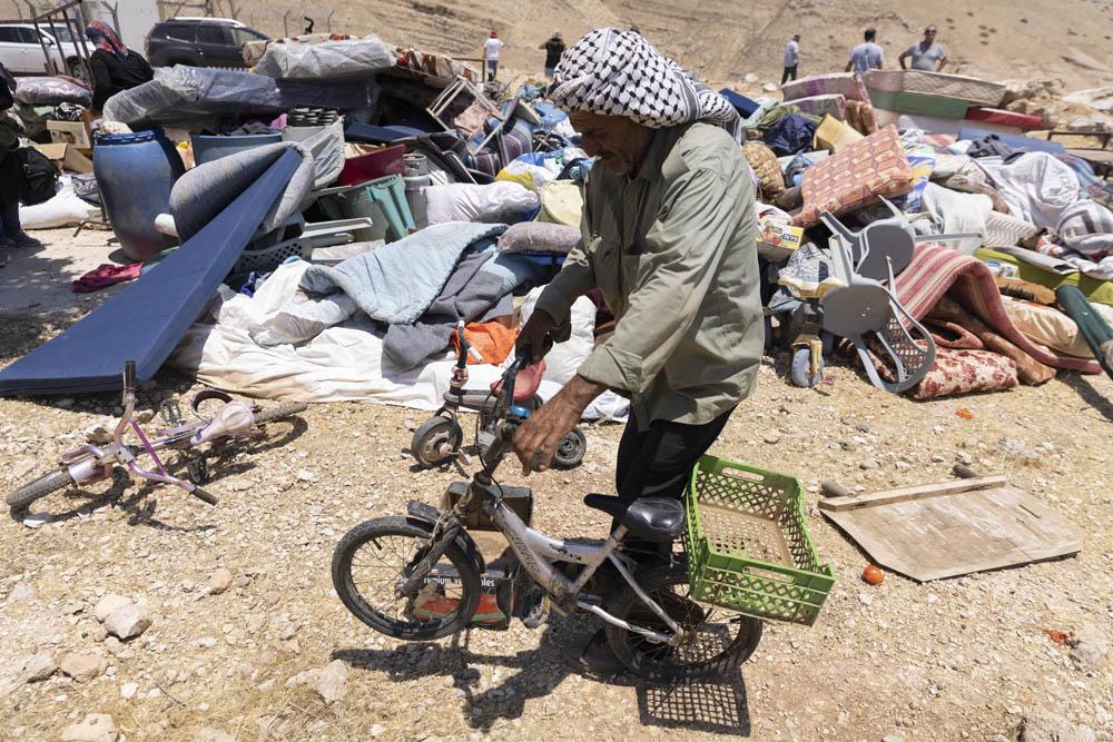 אופניו של עמיד בן ה6, שנמצאו בתוך ערימת ציוד שהחורם על ידי הצבא מתושבים במהלך הריסה בח׳ירבת חומסה והועבר למקום מרוחק, 8 ביולי 2021 (צילום: אורן זיו)