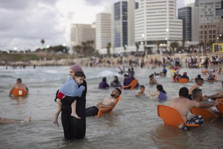פלסטינים, חלקם מהגדה המערבית, מבלים בים ביפו במהלך עיד אל אדחא, 21 ביולי 2021 (צילום: אורן זיו)