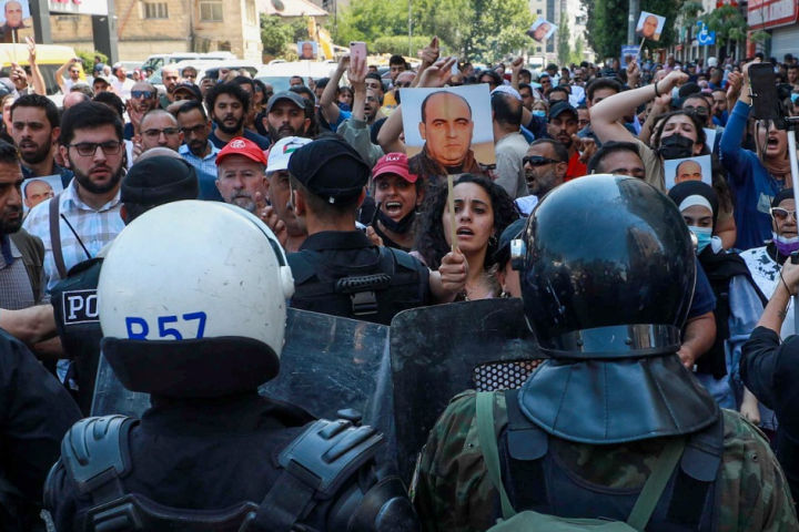 הפגנה ברמאללה במחאה על הריגתו של פעיל האופוזיציה הפלסטיני ניזאר בנאת, ב-24 ביוני 2021 (צילום: פלאש90)