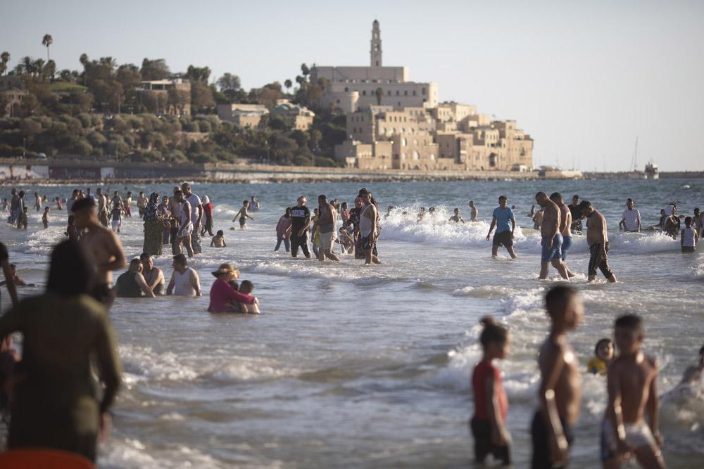 פלסטינים, חקלם מהגדה המערבית, מבלים בים ביפו במהלך עיד אל אדחה, 1 ביולי 2021 (צילום: אורן זיו)