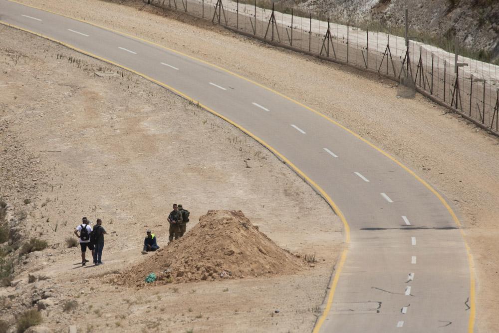 חיילים מעכבים פלסטינים שחצו את גדר ההפרדה באזור טול כרם בדרכם לים, 22 ביולי 2021 (צילום: אורן זיו)