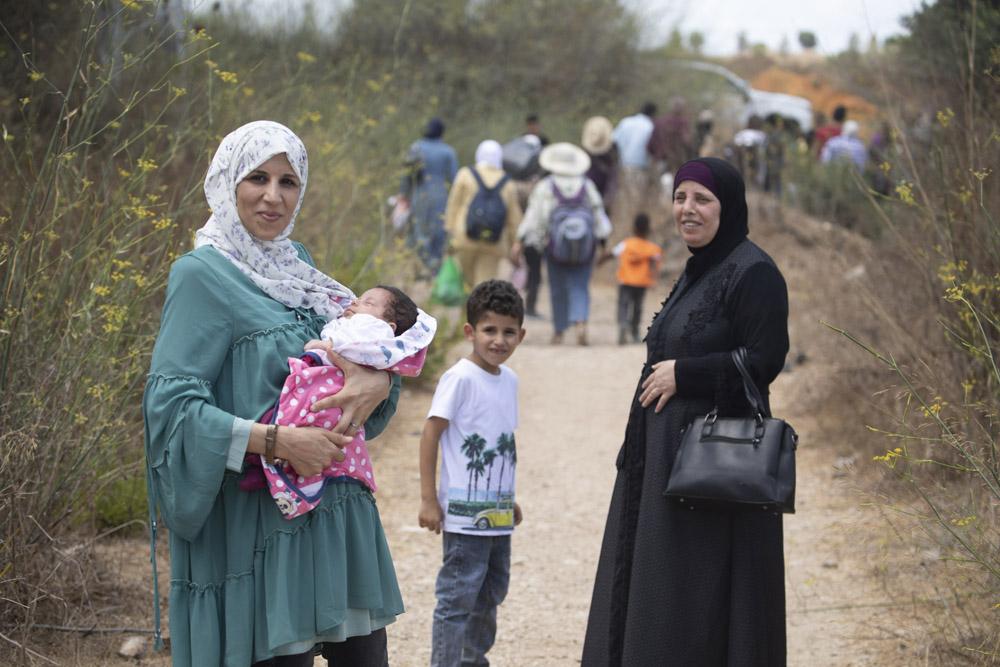 פלסטינים מהגדה המערבית חוצים את גדר ההפרדה באזור טול כרם בדרכם לים, 22 ביולי 2021 (צילום: אורן זיו)