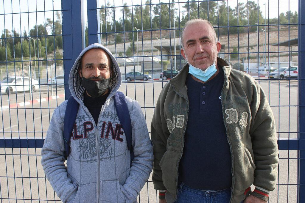 מוכנים למכור הכל תמורת אישור. אחמד (ימין) ויחחדר עטאוונה במחסום תרקומיה (צילום: אקטיבסטילס)