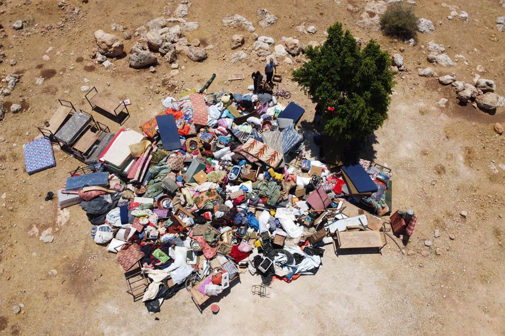 ציוד שהחורם על ידי הצבא מתושבים במהלך הריסה בח׳ירבת חומסה והועבר למקום מרוחק, 8 ביולי 2021 (צילום: אורן זיו)