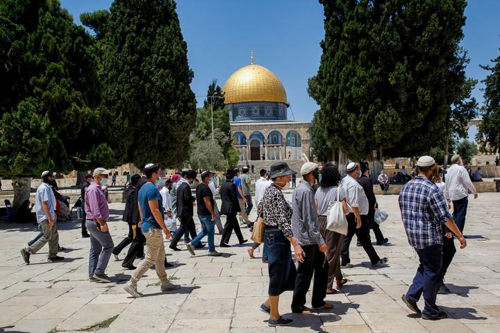 העמותות המשיחיות והימין הקיצוני מצליחים להעלות כמה מאות אנשים להר ולעורר מהומות. יהודים בהר הבית, 31 במאי 2020 (סלימאן חאדר / פלאש 90)