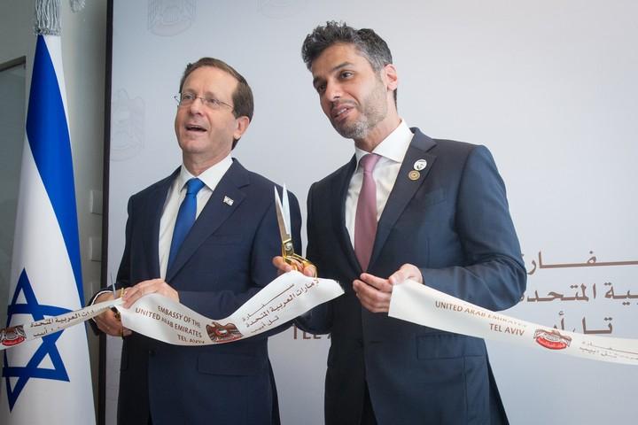 שגריר איחוד האמירויות לישראל מוחמד אל חאג'ה והנשיא יצחק הרצוג בטקס הפתיחה של שגרירות איחוד האמירויות בתל אביב, ב-14 ביולי 2021 (צילום: מרים אלסטר / פלאש90)