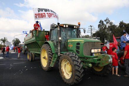 """חקלאים חוסמים את צומת ביל""""ו במחאה על כוונת משרדי האוצר והחקלאות לפתוח את שוק הפירות והירקות ליבוא, ב-29 ביולי 2021 (צילום: יוסי אלוני / פלאש90)"""