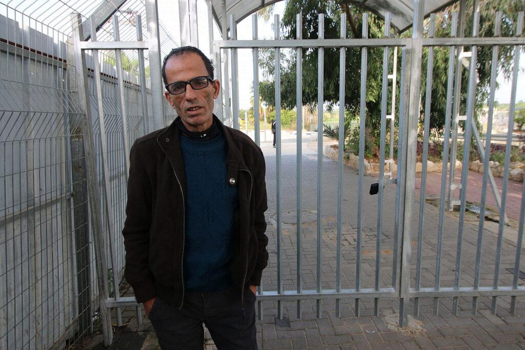 הרשות הפלסטינית לא היתה מוכנה לשלם. מאהר א-שייח' ליד מחסום קלקיליה (צילום: אקטיבסטילס)