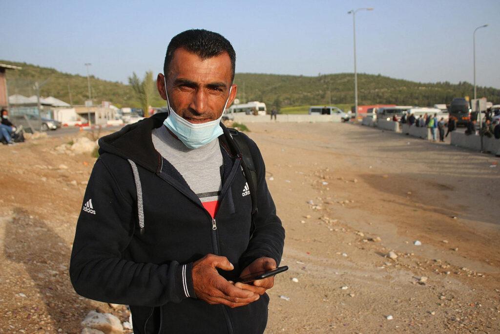 החיילים עצמו עין. מחמוד עווד במחסום תרקומיה (צילום: אקטיבסטילס)