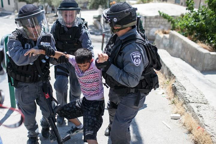 שוטרים ישראלים עוצרים ילד פלסטיני במזרח ירושלים, ב-15 במאי 2012 (צילום: נועם מושקוביץ / פלאש90)