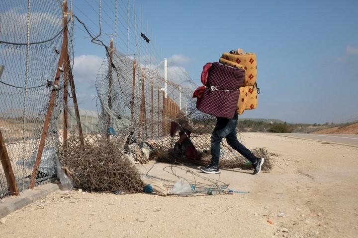 פלסטיני מהגדה עובר את גדר ההפרדה בדרכו לישראל (צילום: אורן זיו)