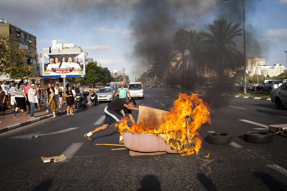שריפת צמיגים בשכונת ג'סי כהן בחולון, באוגוסט 2011 (צילום: אורן זיו)
