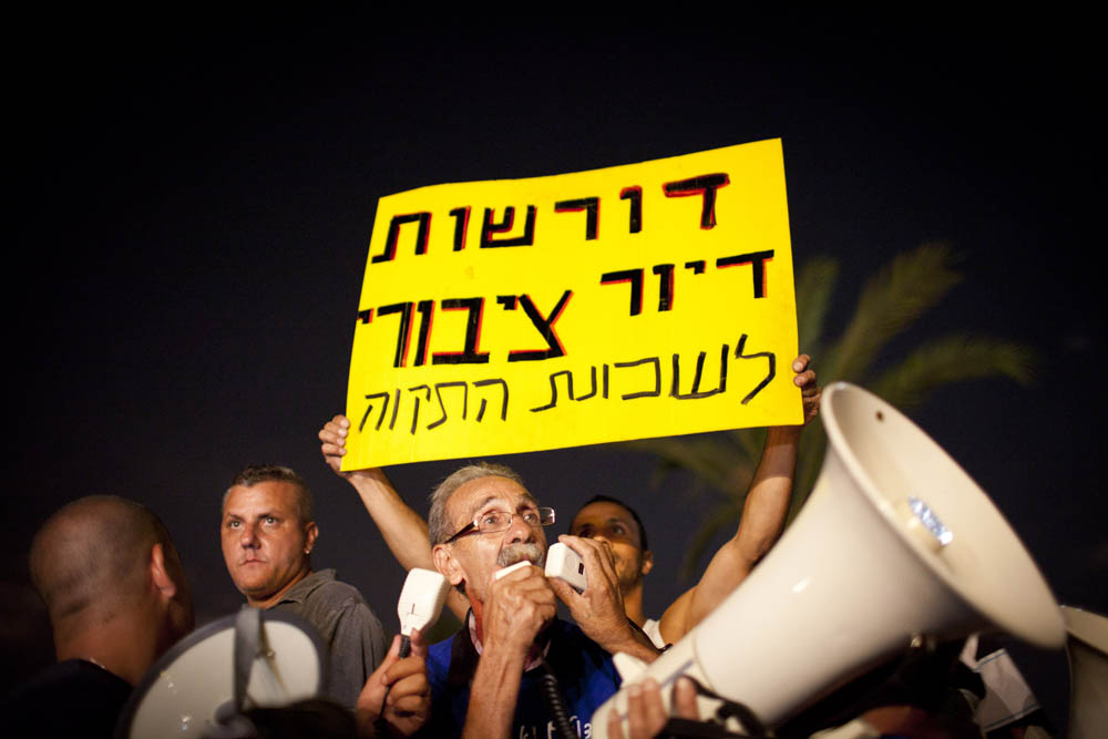 ראובן אברג'יל בהפגנה בשכונת התקווה, באוגוסט 2011 (צילום: אורן זיו)
