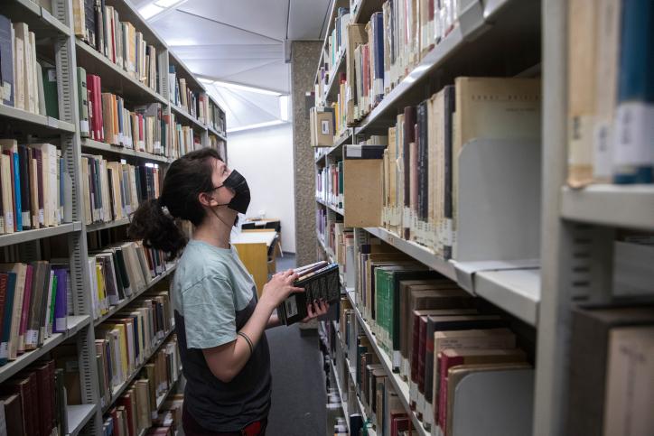 גם בישראל נמצא שסטודנטים מרקע מוחלש נפגעו יותר ממגבלות הקורונה. סטודנטית בספריה באוניברסיטה העברית. למצולמת אין קשר לכתבה (צילום: אוליביה פיטוסי / פלאש 90)