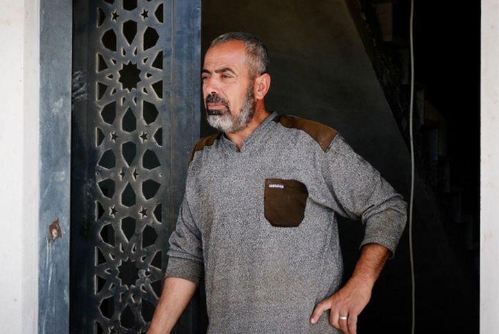 """""""הילד שלי מת יחף"""". אביו של מוחמד חסן בביתו בשכונה הדרומית (צילום: רחל שור)"""