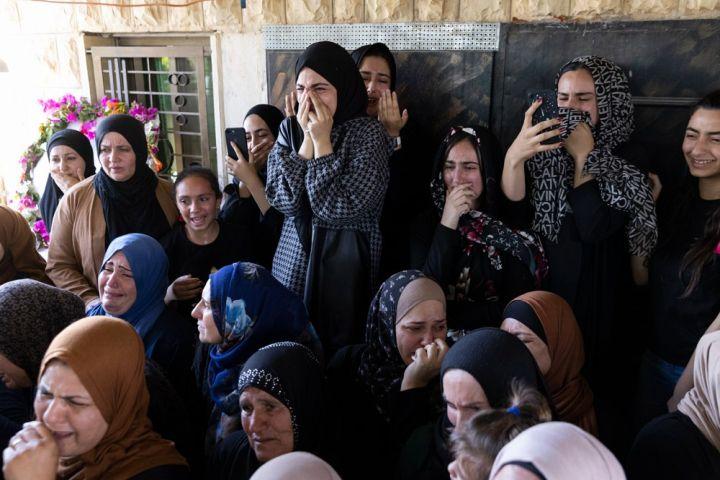 נשים ממשפחת אל עלאמי בלוויה של מוחמד בן ה-12 שנהרג מאש חיילים בבית אומר (צילום: אורן זיו)