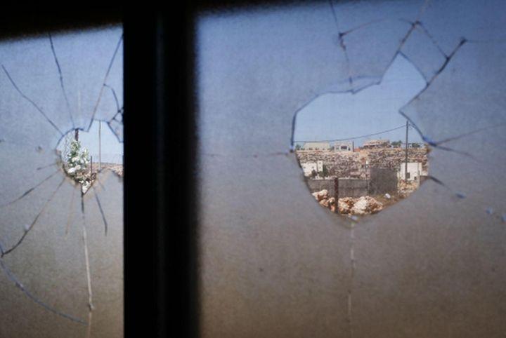 החלון המנופץ בבית משפחת חסן (צילום: רחל שור)