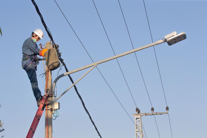 הבעיה של חוסר חיבור לחשמל קיים בעיקר בחברה הערבית. עובד חברת חשמל מתקן קו חשמל (צילום: יוסי אלוני / פלאש 90)
