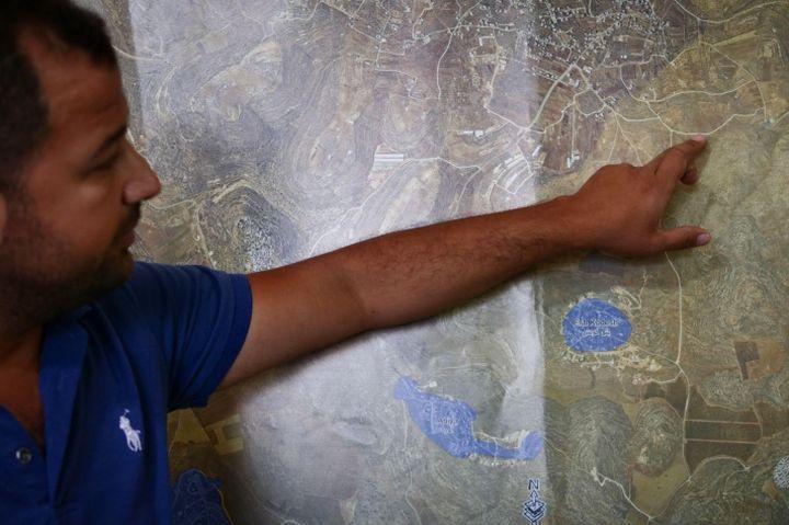 רוצים להשתלט על שטח. מהנדס הכפר אחמד מוסטפא (צילום: רחל שור)