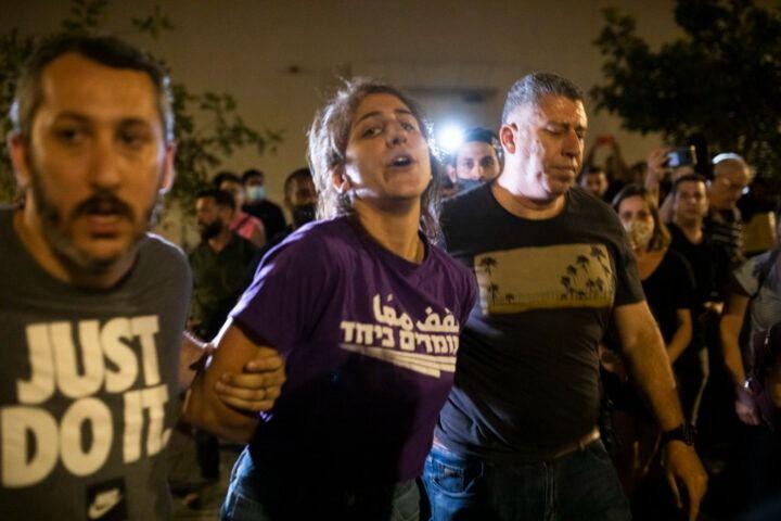 המפגינות תיארו אלימות קשה של השוטר. שוטרים באזרחי עוצרים מפגינה ביפו. למצולמים אין קשר לתלונה על אלימות (צילום: אורן זיו)