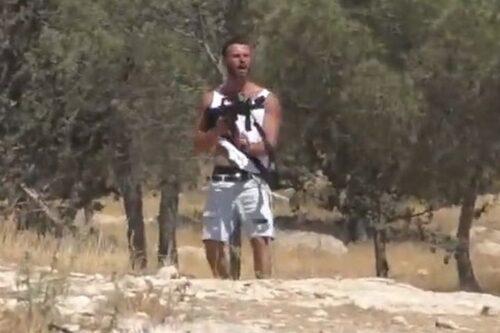 מתנחל לקח נשק מחייל, וירה בו לעבר פלסטינים