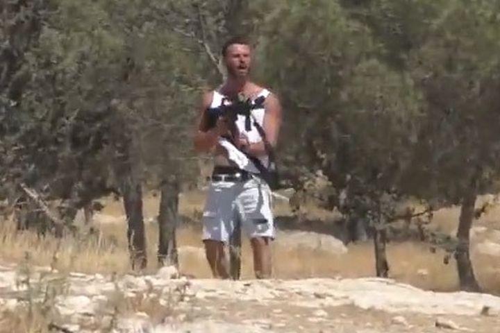 """אזרח יורה לעבר פלסטינים בתוואני בדרום הר חברון. """"הוא כיוון על הבית שלי"""", סיפר תושב הכפר (צילום מסך מתוך סרטון בצלם)"""