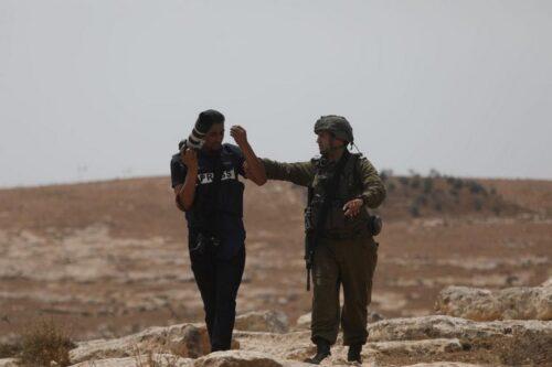 התעמרות בעיתונאים פלסטינים: שבעה נעצרו כשסיקרו הפגנה