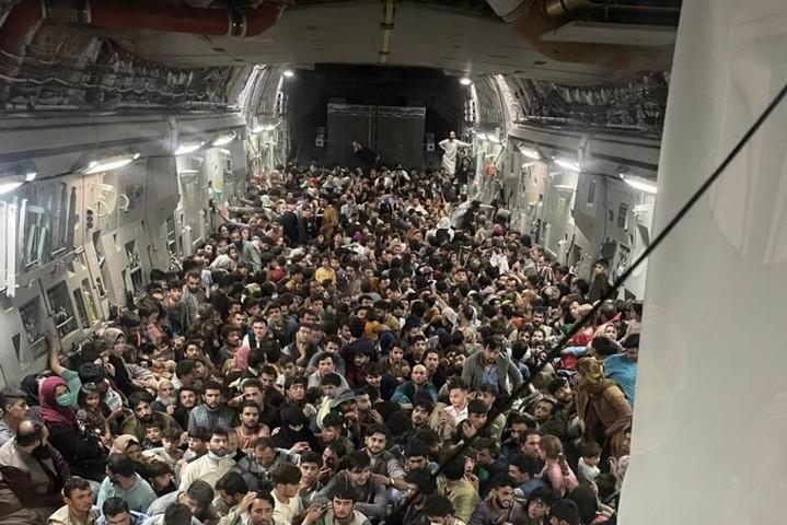 אזרחים אפגנים במטוס של חיל האוויר האמריקאי, ב-15 באוגוסט 2021 (צילום: חיל האוויר האמריקאי)