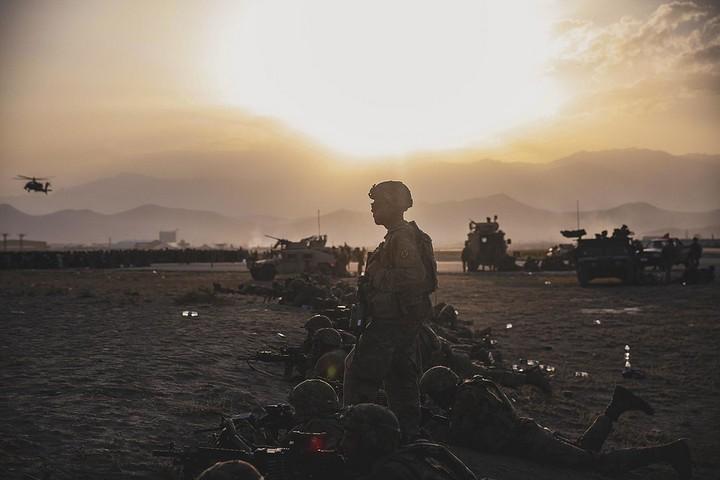חיילים אמריקאים מגינים על שדה התעופה הבינלאומי בקאבול, ב-15 באוגוסט 2021 (צילום: חיל הנחתים האמריקאי)