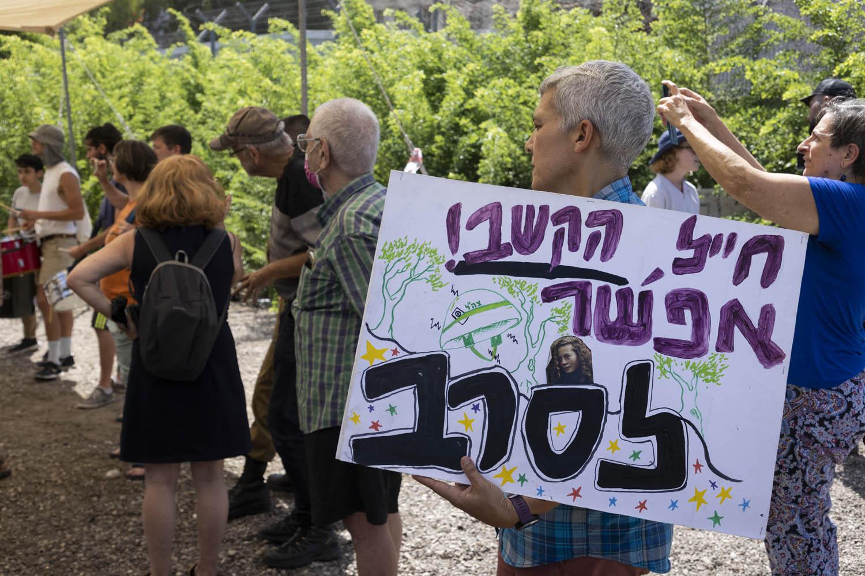 הפגנת תמיכה בסרבנים שחר פרץ וערן אביב מחוץ לבקו״ם בתל השומר, לפני כניסתם לכלא הצבאי, 31 באוגוסט 2021 (צילום: אורן זיו)