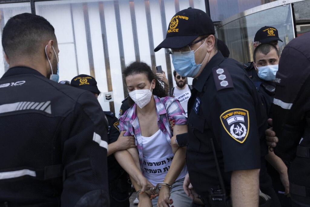 שוטרים מפנים מפגינה מול משרדי שברון (צילום: אורן זיו)