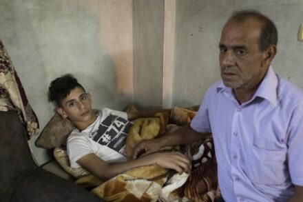 טארק זביידי ב-15 ואביו בביתם שבעיירה סילת א-ד'הר (צילום: אורן זיו)