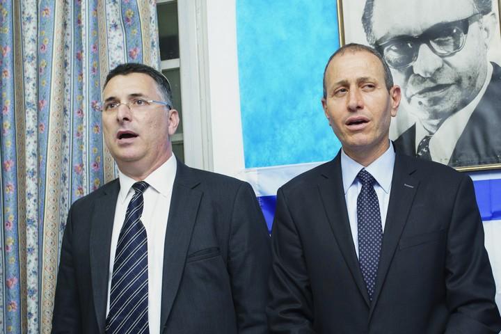 ראש עיריית עכו, שמעון לנקרי, והשר לביטחון פנים לשעבר, גדעון סער, במסיבת עיתונאים. 3 באפריל 2017 (מאיר ועקנין / פלאש 90)
