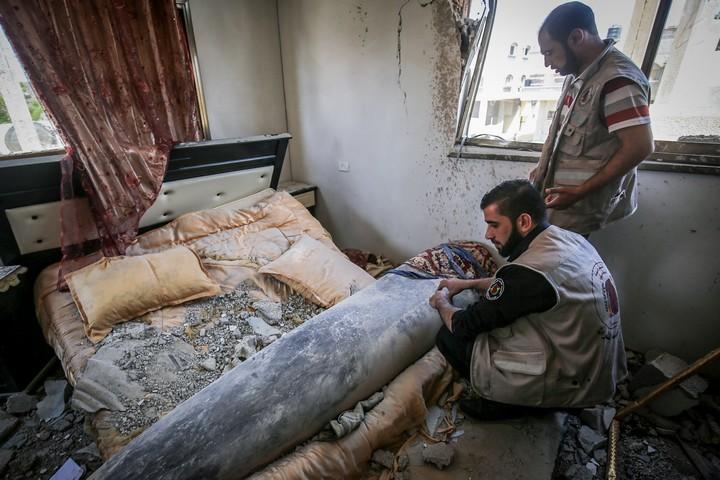 מומחי פינוי פצצות מפנים טיל ישראלי שלא התפוצץ מבית בחאן יונס, בדרום רצועת עזה, ב-20 במאי 2021 (צילום: עבד רחים חטיב / פלאש90)