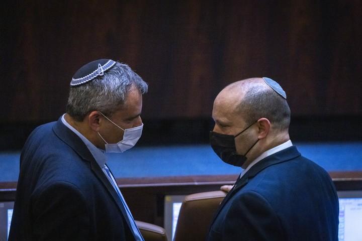 שר השיכון זאב אלקין וראש הממשלה נפתלי בנט בכנסת, ב-28 ביוני 2021 (צילום: אוליבייה פיטוסי / פלאש90)