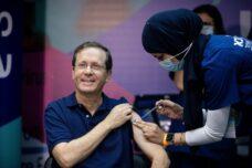 הנשיא יצחק הרצוג מקבל את החיסון השלישי נגד קורונה בבית החולים שיבא תל השומר, ב-30 ביולי 2021 (צילום: יונתן זינדל / פלאש90)