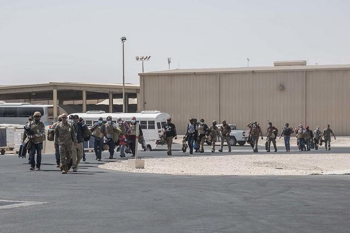 עובדי השגרירות האמריקאית באפגניסטן מגיעים לבסיס חיל האוויר בקטאר, ב-15 באוגוסט 2021 (צילום: קיילי קרדנר, חיל האוויר האמריקאי)