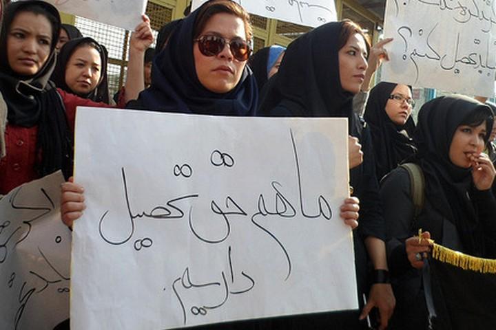 """אפגניות מפגינות נגד אי רישום ילדיהן לבתי הספר: """"גם לנו יש זכות להשכלה"""""""