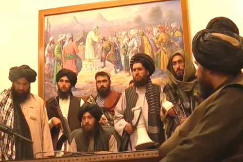 """הטריליונים שארה""""ב שפכה באפגניסטאן לא הספיקו. אנשי הטאליבן בארמון הנשיאות בקאבול (צילום מסך)"""