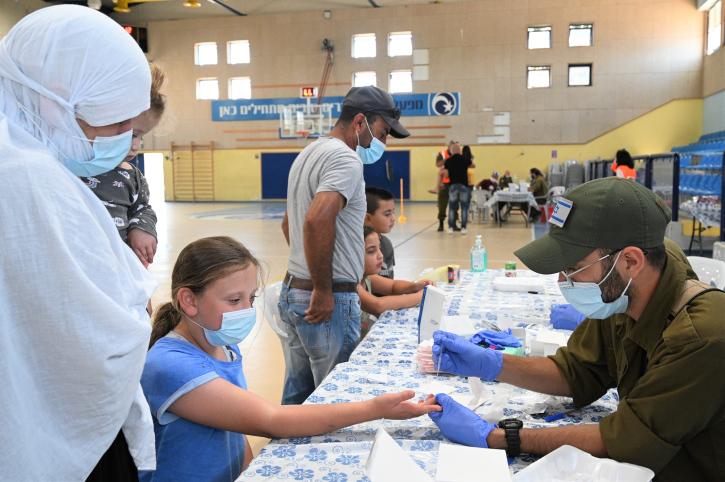 בדיקות סרולוגיות בבית ספר בבוקעתה (צילום:מיכאל גלעדי / פלאש 90)