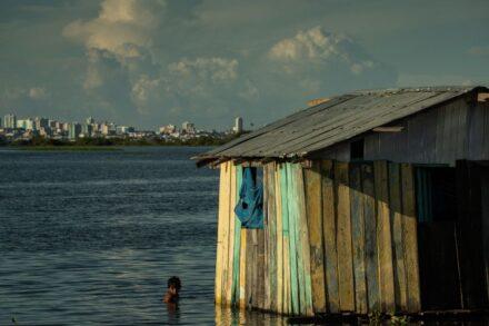 ועידות האקלים סובלות מחוסר איזון בין הדרום הגלובלי לצפון. הצפה של נהר באזור האמזונס בברזיל (צילום: רפאל אלבס, קרן המטבע העולמי / CC BY-NC-ND 2.0)