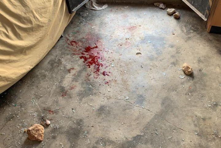 כתמי הדם במקום שבו נפצע הילד מוחמד חמאמדה בכפר מופגרה בדרום הר חברון (צילום: alliance for human rights)