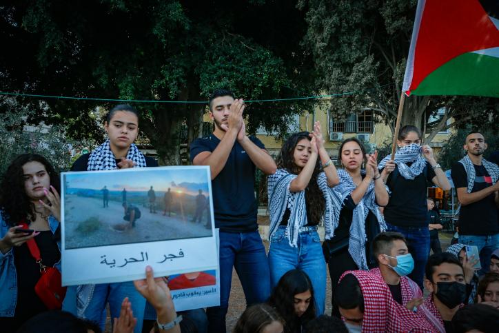 האסירים הבורחים לא ניסו לבקש עזרה בישובים הערביים כדי לא לסבך אנשים. הפגנת תמיכה באסירים מול בית המשפט המחוזי בנצרת (צילום: ג'מאל עווד / פלאש 90)
