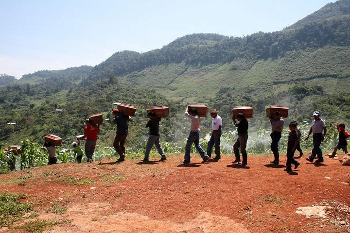 גופות של אנשים שנרצחו בטבח בגואטמלה בשנות ה-80 מובאות לקבורה ב-2012 (צילום: CAFCA archive, CC BY 2.0)