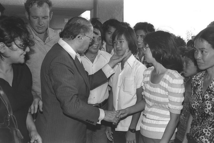 """ראש הממשלה, מנחם בגין, עם פליטים מוייטנאם שנקלטו בעפולה, ב-25 ביוני 1980 (צילום: נינו הרמן, לע""""מ)"""