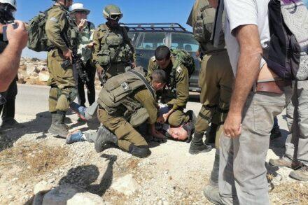אם כך הצבא מתנהג לישראלים בעלי זכויות, כיצד הוא נוהג לתושבים הפלסטינים נטולי הזכויות, נעדרי ייצוג פוליטי? תולי פלינט מתחת לברך של הקצין (צילום: אוסאמה אלוואט)