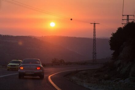 השמש שוקעת על כביש בגדה המערבית הכבושה, ב-22 ביולי 2017 (צילום: הדס פארוש / פלאש90)