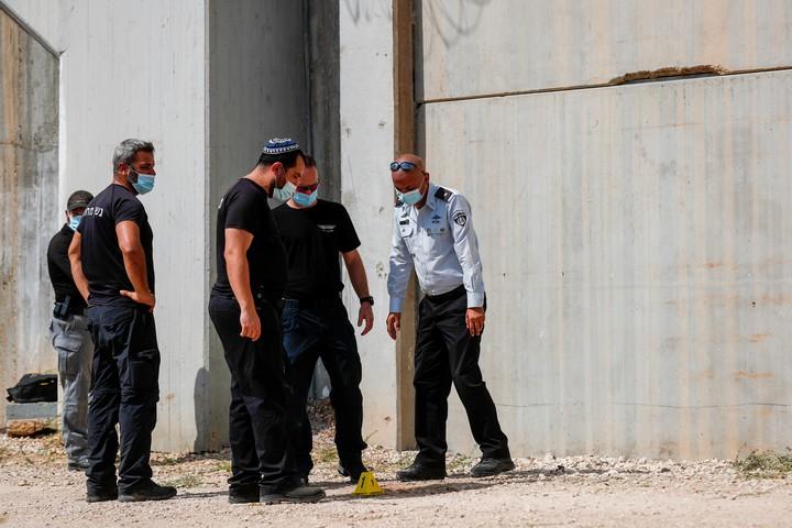 שוטרים וסוהרים מחוץ לכלא גלבוע, בזירת הבריחה של ששת האסירים הפלסטינים, ב-6 בספטמבר 2021 (צילום: פלאש90)