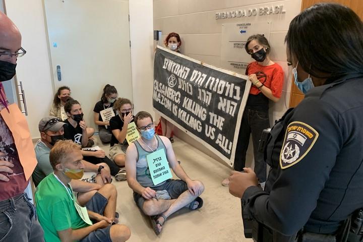 """מחאת """"המרד בהכחדה"""" בכניסה לשגרירות ברזיל, 10.9.21 (חגי מטר)"""