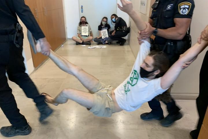 """שוטרים עוצרים פעיל """"המרד בהכחדה"""" בכניסה לשגרירות ברזיל (חגי מטר)"""